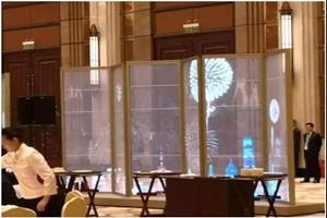 LED贴膜屏亮相进博会 展示中国创新