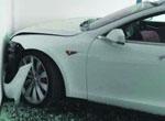 """特斯拉电动汽车再起事故 豪车""""不听使唤""""玻璃碎了一地"""