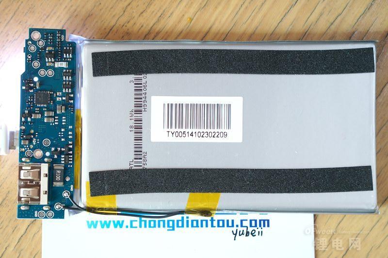 """细节功能设计上,小米5000mAh设计了温控探头,提供有温度保护;电芯正负极片是通过点焊的方式固定在PCB板上面,电流接触面大了,固定也更牢固;USB口使用的是插件沉板工艺,MicroUSB选用的是""""牛角""""插头,这两个用料的选型都对固定有帮助。"""