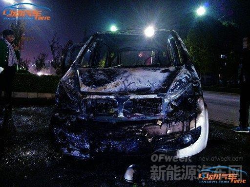 电路老化电动汽车行驶中自燃 5分钟后只剩空壳