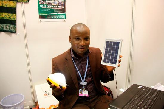 可携式小型太阳能发电与 LED 灯具组 SunKing Pro