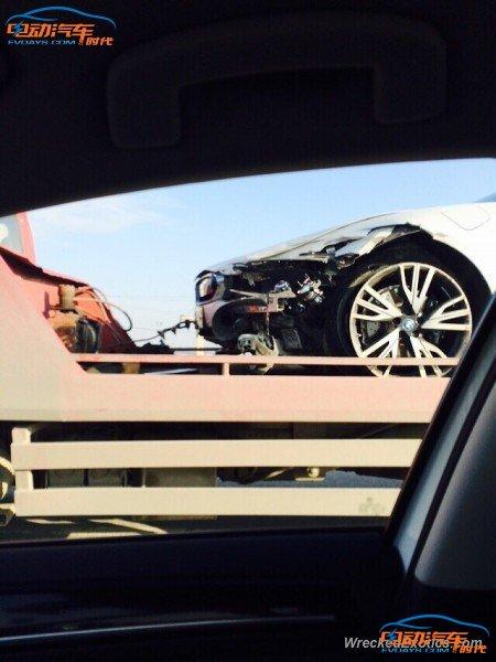 宝马i8混动汽车发生碰撞事故 前脸被撞毁