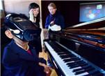 惊呆:日推出全新头戴式可视设备 仅靠眨眼就可弹钢琴?!
