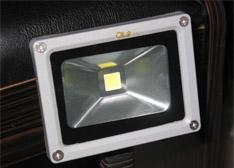 拆毁重建:DIY改造老旧台灯变为闪亮LED射灯(图)