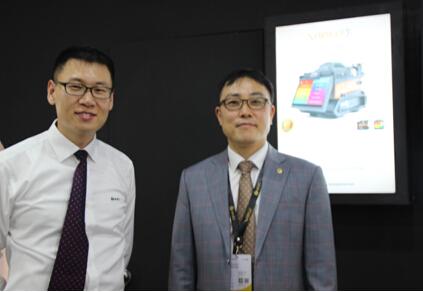 易诺仪器市场部经理吴超(左)、易诺仪器总裁车政炫(右)