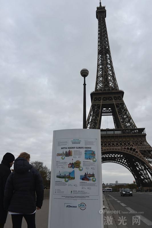 激光装饰埃菲尔铁塔