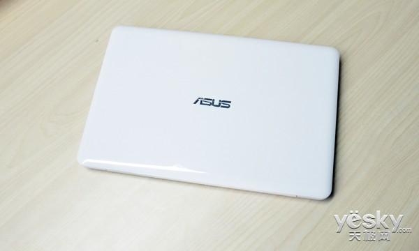 作为一款白色的笔记本,如果没有特别的材质,那是非常容易脏的,所以在材质上,华硕EeeBookE202笔记本很是讲究,所用的材质完全避免了这一点,在有脏东西的时候简单的擦拭就可以保持原有的清洁。在设计上,这款笔记本也走的是简约路线,只有简单的华硕的LOGO在A面体现,让这款笔记本显示出优雅简约的气息。