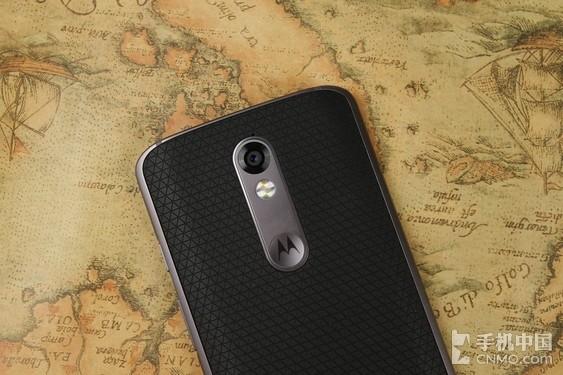 """Moto X 极 背面   翻过来背面,2100万像素主摄像头,很安分地内嵌在机身内部,并没有突出机身。9.2mm厚度的Moto X 极相比11.1mm厚度的Moto X Style来说,在同样使用2100万像素摄像头情况下,机身变薄依然能够保证摄像头不突出,值得点赞。另一方面,Moto X 极并没有延续""""以背部中间为最高点,往机身两边收窄线条""""的设计语言,相反,有点像三星S6 Edge的正面设计,或者说是小米Note的背面设计,背面一大片区域都是平整的,两边过渡到边框的位置"""