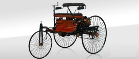 """1886 """"奔驰一号""""三轮车   早在1828年,直流电机之父匈牙利的发明家、工程师阿纽什·耶德利克ányos Jedlik在实验室试验了电磁转动的行动装置,这算是电动汽车的雏形。   真正意义上的电动汽车诞生于美国人托马斯·达文波特(Thomas Davenport)之手,采用直流电机驱动,那一年是1834年,比奔驰早了30多年。达文波特先生因此也获得美国电机行业的第一个专利。"""