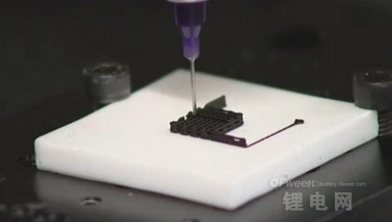 研究人员用3D打印创建石墨烯复杂结构   我们用二维材料作为基础,创建宏观的三维结构,这项技术叫直接墨水书写,也可以叫直接写入组件,或Robocasting。   最初的目的是打印石墨烯的结构,不针对合成材料,最初设想的3D打印材料是在水基墨水中加入少量的添加剂。有一个问题是石墨烯有极强的疏水性。这个团队用石墨烯的氧化物开发出了3D打印的墨水,一种可以在水中进行处理的石墨烯化学改良的形式。   这是一种智能的高分子聚合物,只要有触发环境它就会改变它的形状和性能。如温度和某种化学物质。这种墨水可