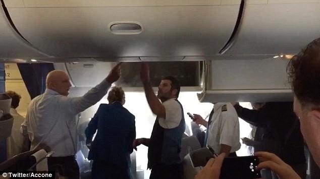 荷兰航班机舱起火 疑锂电池闯祸