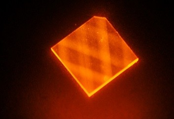 激光照射探测氮空位 人造钻石磁场探测器效率提高千倍
