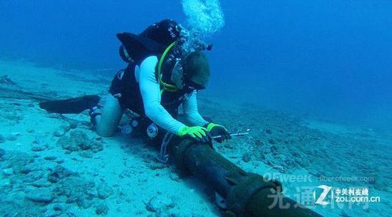 人工完成海底光缆探索及简单修复   而说起海底光缆的修复,其难度甚至高于铺设的过程。其中浅海域还可借助人工来完成探索及简单修复,而想要从深达几百米甚至几千米的海床上找到直径不到10厘米的问题光缆,就如同大海捞针。还好,随着定位技术的发展,这一修复过程开始变得高效起来。下面就具体来谈谈海底光缆的修复过程,大致可分为以下五步:   第一步,首先使用扩频时域反射仪来定位大致的故障位置,然后借助水下机器人,通过扫描检测,找到破损海底光缆的精确位置;   第二步,机器人将埋在海底的光缆挖出,然后用电缆剪刀将其