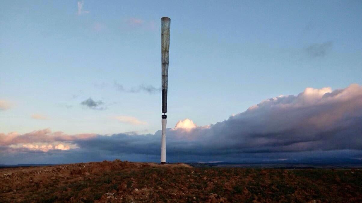 "Vortex是一架没有叶片的风力发电机,与通过涡轮转动获取能量的传统风力发电机不同,Vortex采用的是一种被称为""漩涡流""的技术,这是一种在风碰撞固体结构时会发生的空气动力效应。   通俗地解释一下Vortex的工作原理,大家看Vortex的整体结构,总共有五个主要部分,分别是:基座、杆、发电系统、调谐系统和桅杆。Vortex的桅杆由玻璃纤维和碳素纤维组成,当风来临时,Vortex的桅杆便会开始随风振荡,像一个不倒翁,并获取产生的能量。"