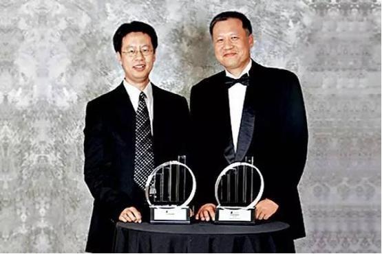 上节目猜�z`yi#�jyi-��':e&y�.z�_飞塔ceo谢青及cto谢华获2006年度e&y企业家奖时留影