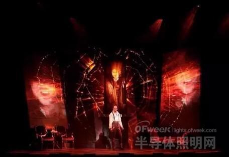 图:追光灯凸出主角,背景为变幻的红色投影,渲染出恐怖气氛.