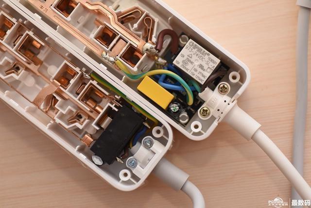 小米智能插座/公牛usb插座拆解对比:公牛焊点牢固