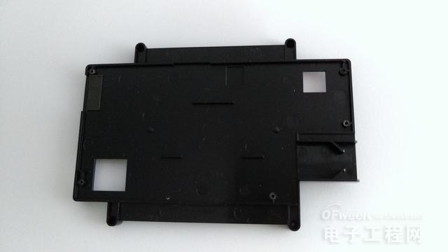 在电路板下面是main黑色的电路固定支架,松开孔中的四颗固定螺丝,就