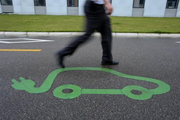 新能源车电池上演路线之争:三元锂pk磷酸铁锂