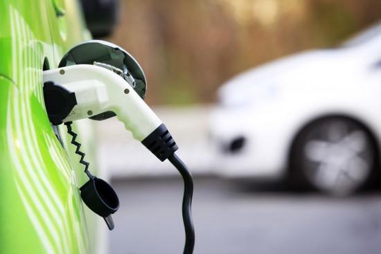 """伦敦从英国政府那里赢得了4000万英镑的经费,用来开发兼作电动汽车充电站的新型路灯。目前还不清楚这些路灯究竟是什么样子,或者它们何时推出,但这样的技术最早是由宝马去年在英国推出,宝马也是英国政府这项计划的财政支持者。宝马今天宣布,将在英国牛津附近试点一个类似的项目,但尚未宣布在伦敦的试点计划。   伦敦计划花费1300万英镑来实施""""未来邻里""""计划,其中包括提供电动车免费停车场和交通优先权,像是使用公交专用道,以鼓励更多消费者购买更环保的车辆。   此外,大伦敦政府证实,到20"""