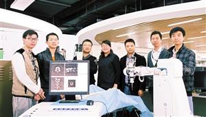 近日,深圳先进技术研究院的团队在展示手术机器人。