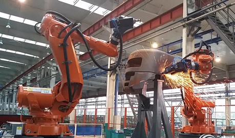 沈阳远大生产的智能感知工业机器人正在为大型工件打磨。