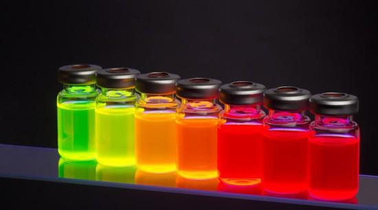 与经典的镉系量子点相比,全无机钙钛矿量子点展现出更窄的发光峰、更广的色域。此外,全无机钙钛矿量子点在激光显示领域也具有一定的应用潜力。通过与新加坡南洋理工大学孙汉东教授合作,实现了该体系的受激发射,在红绿蓝三基色获得了低阈值的激光。