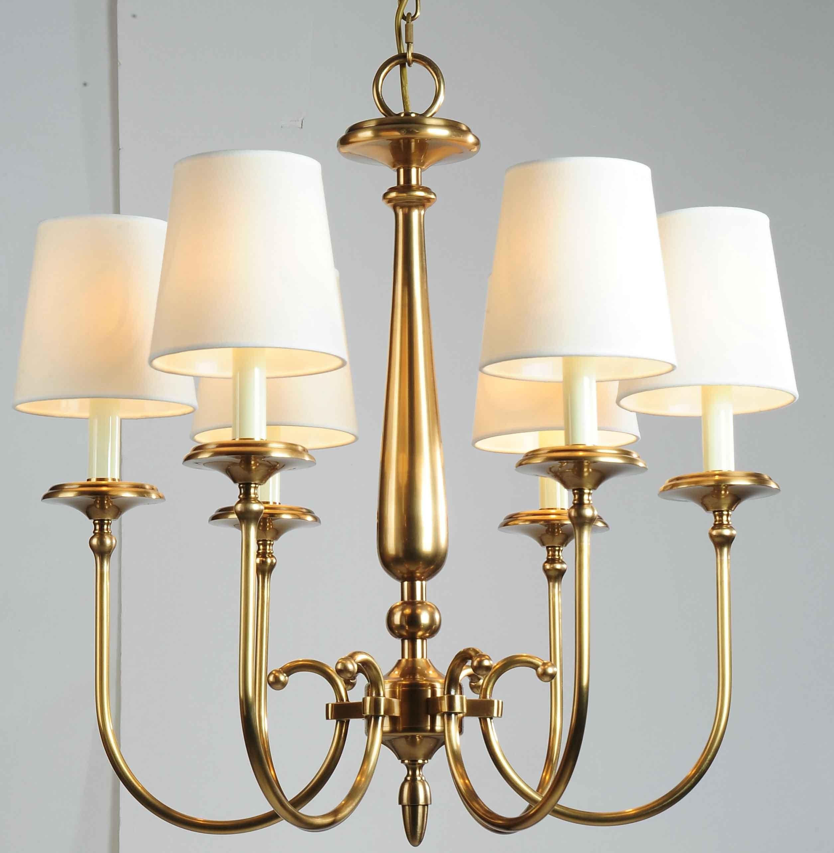 特点:吊灯的花样最多,常用的有欧式烛台吊灯,中式吊灯,水晶吊灯图片