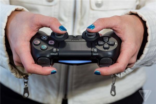 OFweek智能家居网讯 索尼PS VR怎么样?值不值得购买呢?笔者汇总了多家外媒关于索尼PS VR的评测,感兴趣的朋友赶快来了解一下吧!    从去年9月15日东京电玩展索尼发布会上索尼推出PlayStation VR至今已有一年多的时间,在经历了等待之后,PlayStation VR终于要正式发售了。这款期待已久的虚拟现实产品上市后将主要面对Oculus Rift和HTC Vive两大竞争对手,价格是广大游戏玩家最关注的,Oculus Rift售价599美元,HTC Vive售价799美元,而Pl