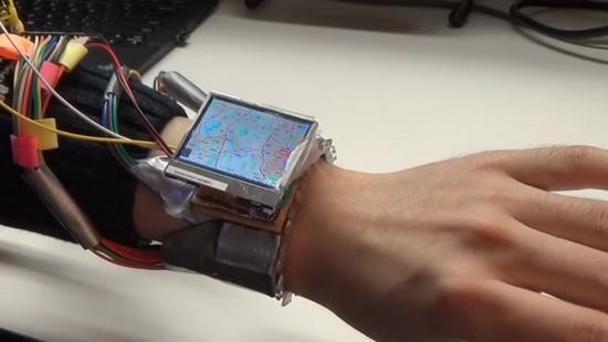 不用触控屏幕 让你单手可控制的智能手表