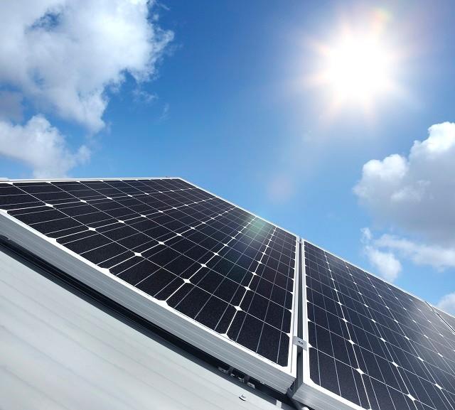 """2016年11月7日,国家发改委、国家能源局召开发布会,正式对外发布《电力发展""""十三五""""规划》,其中关于光伏的设想""""(到2020年)太阳能发电装机达到11000万千瓦以上,其中分布式光伏6000万千瓦以上,光热发电500万千瓦。"""",第一次正式明确未来分布式光伏在太阳能发电产业中的主流和支柱地位。而国家能源局数据显示,截止至2015年底,我国光伏发电累计装机容量4318万千瓦,其中,分布式光伏只有606万千瓦。对比新规划,很容易推断出2015年后的5年内,"""