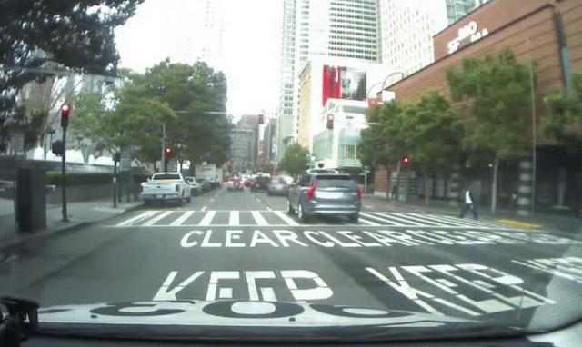 Uber无人驾驶出租车在旧金山上路第一天就闯了红灯