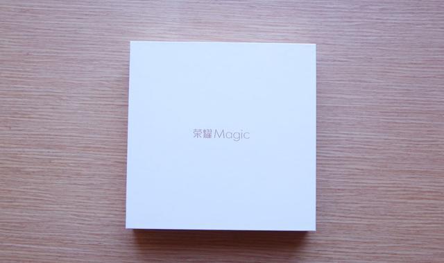 荣耀Magic开箱评测:2K屏幕+纯平双摄+八曲面 设计非常具有未来感?