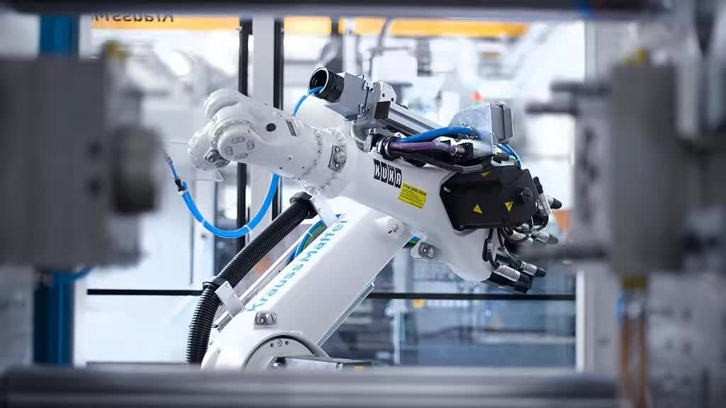 """从汽车行业看机器人的""""前世今生""""   机器人在汽车行业应用最多。   1959年,第一家机器人公司建立。最早的机器人应用在冲压厂、锻造厂里做基础性的沉淀工作。   1969年,第一条车身自动焊接生产线在美国通用汽车厂里诞生。机器人的应用需要花费很大的投入,并不是安装好机器人就可以进行工作。那时,花费了十年的时间才把由十七台机器人搭建的焊接生产线尝试着建立起来。不过,好景不长,由于新技术的快速发展,12年后,这条汽车车身自动焊接生产线就被""""消灭""""了。"""