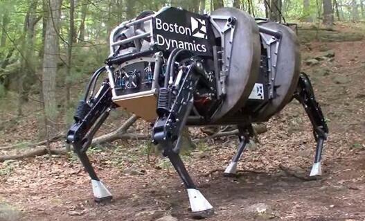 """战场上的""""大狗""""机器人   在战场上,当美军在对坚固设防区实施有准备的进攻作战时,会动用侦察车、夜视器材、雷达、地面传感器等,必要时使用巷战的智能机器人、无人驾驶侦察机、高级电子传感器等。这款""""大狗""""机器人,便是由美国波士顿动力学工程公司专为美国军队设计研发的。研发成功后,到2015年,""""大狗""""机器人就已经进入了阿富汗地区开展试验,对机器人和士兵的协同作战功能进行了初步验证。   作为形似机械狗的四足机器人,""""大狗&rd"""