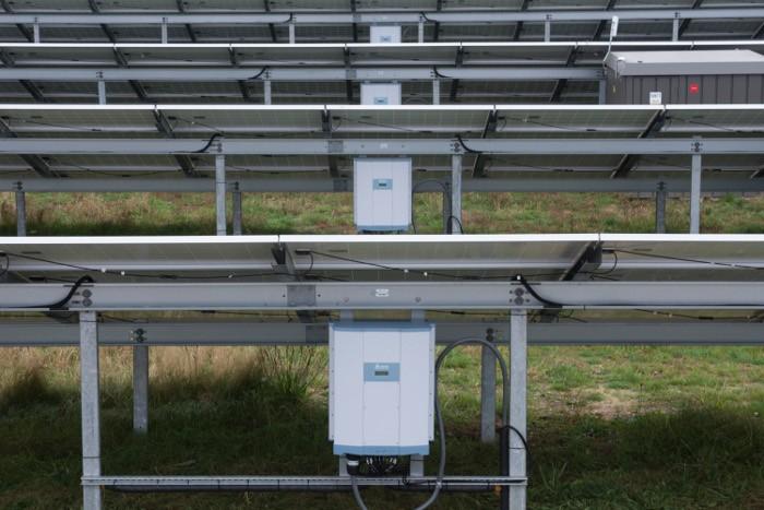 此Vandel电力项目包括126个单个400kW太阳能发电厂,建在此前的北约军事基地,占地108公顷。台达德国子公司给欧洲最大的串控地面太阳能公园之一提供并安装了M50A串式逆变器。 太阳能发电厂的发电量足以满足21,500个当地家庭的每年电力需求,每年将产生7,170万千瓦时的电力。 台达总裁兼EMEA总经理表示:这是我们的光伏逆变器在整个欧洲、中东和非洲地区取得的最大成功案例,该项目的完成是我们取得的一项重要里程碑。台达服务团队的集成专业技术对这个项目的投产至关重要。(文/Tina编译)