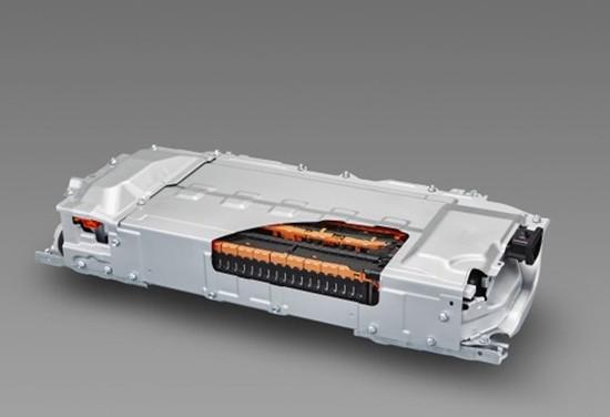 设备企业要向高端化和国际化靠拢   新能源汽车快速发展带动锂电池纷纷扩产,锂电池设备的需求在2015年下半年开始爆发。锂电池设备最早出现在日本和韩国,近年来,随着中国电池企业的市场份额不断提高,国产设备市场占有率也在大幅度提高。目前锂电池设备国产化替代已经达到50%,预计2020年将提高到80%。   与会专家表示,国内设备主要不足存在于配料系统、涂布机、分切机、装配线、物流仓储系统、生产制造系统、在线监控系统等方面。   中国电动汽车百人会执行副理事长欧阳明高认为,市场规模的快速增长,需要对材料体