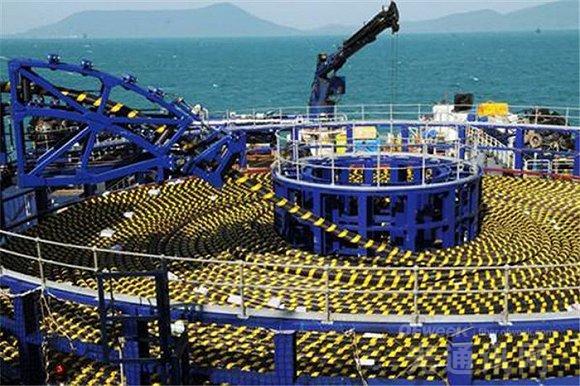 铺设船上的海底光缆。   1997年,中国参与建设的全球海底光缆系统建成并投入运营,成为第一条在中国登陆的洲际海底光缆。2000年,亚欧海底光缆上海登陆站开通,中国实现了与亚欧33个国家和地区的联接。