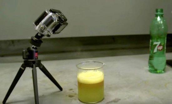 金属锂与七喜饮料混合的神奇一幕
