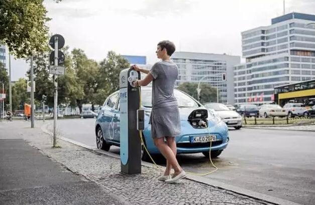 """德国的路灯""""变身""""充电桩"""
