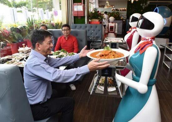 新加坡首家机器人服务员餐厅亮相