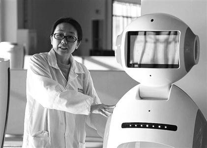 沈阳新松机器人公司80后女工程师刘晓帆介绍他们团队研制的机器人。