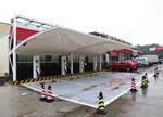 高速服务区春节电动汽车充电桩整齐启用