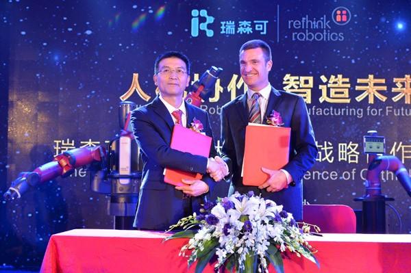 Rethink Robotics总裁兼首席执行官Scott Eckert与湖南瑞森可机器人科技有限董事长杨新明签订合作协议