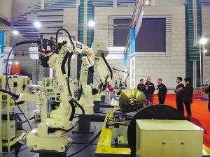 越来越多的制造业经营者把目光投向了工业机器人。