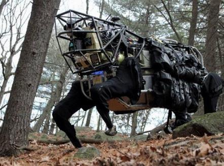 """机器人秘书读两会:揭秘十款""""超级英雄"""",无人机、机器人"""