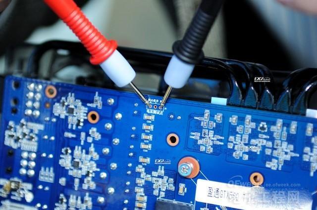 如何用万用表测量核心电压?