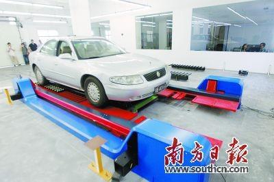 智能停车机器人将汽车运送到停车位