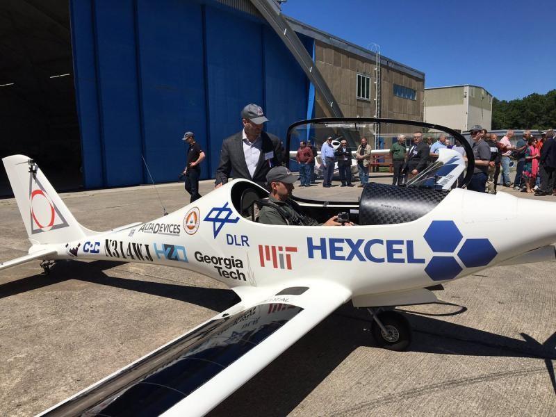 图:飞机需要人驾驶   负责试飞的是飞行员罗伯特•卢茨(Robert Lutz),他驾驶VO-Substrata飞机在天空飞行了20分钟,这是太阳能飞机第一次公开测试。白色的飞机在机翼上安装了太阳能电池,翼展约为43英尺(约13米)。一些公司和机构参与了太阳能飞机项目,它们的Logo印在飞机两侧,如同NASCAR赛车赞助商一样。   原型飞机需要一名飞行员控制,但是据Luminati公司透露,最终他们会制造可以无人机,能够飞到6万英尺(约18288米)甚至更高的地方。从今年年底开始,Lum