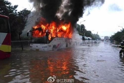 南京电动大巴疑因电池浸水起火 苏州金龙无回应